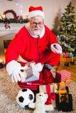 Portrait de Santa avec le sac à cadeau à la maison Photographie stock libre de droits
