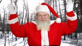 Portrait de Santa Claus authentique ondulant avec des mains clips vidéos