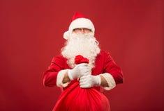 Portrait de Santa Claus heureuse avec un sac énorme Photographie stock libre de droits