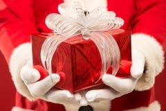 Portrait de Santa Claus heureuse avec un sac énorme Photographie stock