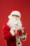 Portrait de Santa Claus heureuse avec un sac énorme Image stock