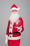 Portrait de Santa Claus heureuse avec un sac énorme Images stock