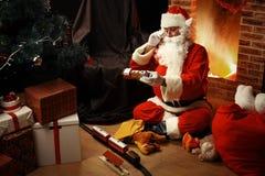 Portrait de Santa Claus heureuse se reposant à sa pièce à la maison Images libres de droits