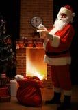 Portrait de Santa Claus heureuse se tenant à sa pièce à la maison Photographie stock