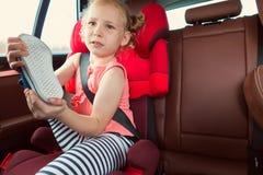 Portrait de se reposer heureux de fille de petit enfant confortable dans la voiture s Photographie stock libre de droits