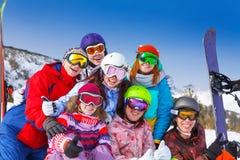 Portrait de sept amis de sourire portant des lunettes Photographie stock libre de droits