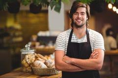 Portrait de serveur de sourire se tenant avec le bras croisé Image libre de droits
