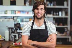 Portrait de serveur de sourire se tenant avec le bras croisé Photographie stock