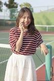 Portrait de smartphone parlant de jeune belle femme asiatique dans le te photos stock
