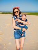 Portrait de soeur de l'adolescence heureuse et de petit frère de bébé Photos stock