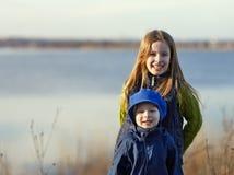 Portrait de soeur et de frère heureux Photographie stock