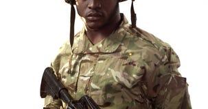 Portrait de soldat militaire tenant la mitrailleuse banque de vidéos