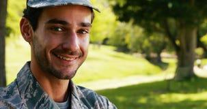 Portrait de soldat de sourire en parc banque de vidéos