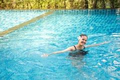 Portrait de sourire de belle femme dans la piscine, beau y Photo libre de droits