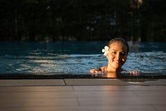 Portrait de sourire de belle femme dans la piscine, beau y Image libre de droits