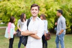 Portrait de sourire d'étudiant au parc Photo libre de droits