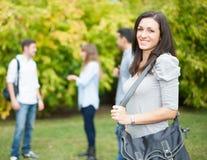 Portrait de sourire d'étudiant au parc Photos stock