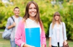 Portrait de sourire d'étudiant au parc Photos libres de droits