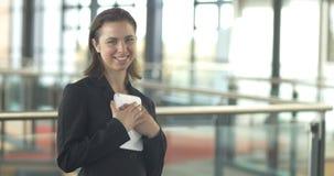 Portrait de sourire de femme d'entreprise constituée en société de carrière travaillant à l'ipad de comprimé banque de vidéos