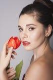 Portrait de sourire de femme de brune avec le rouge à lèvres rouge Photos libres de droits