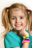 Portrait de sourire de fille de petit enfant avec des bracelets de métier à tisser Marché des changes heureux Photos libres de droits