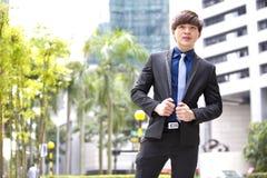 Portrait de sourire de jeune cadre commercial masculin asiatique Photo stock