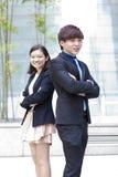 Portrait de sourire de jeune mâle asiatique et de cadre commercial féminin Image libre de droits