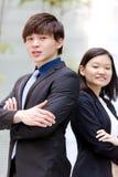 Portrait de sourire de jeune mâle asiatique et de cadre commercial féminin Photographie stock libre de droits