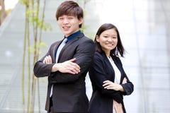 Portrait de sourire de jeune mâle asiatique et de cadre commercial féminin Images stock