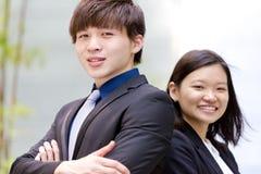 Portrait de sourire de jeune mâle asiatique et de cadre commercial féminin Photographie stock