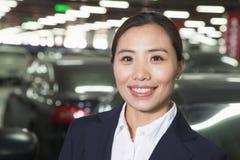 Portrait de sourire de voyageur dans le parking d'aéroport Image libre de droits