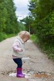 Portrait de sourire heureux d'une fille de blonde de 2 ans image stock