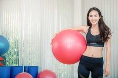 Portrait de sourire heureux de mode femelle asiatique de forme physique Photographie stock