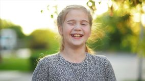 Portrait de sourire heureux de petite fille Rire de bel enfant La fille ont beaucoup d'amusement banque de vidéos