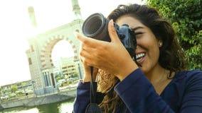 Portrait de sourire de mode de vie d'?t? ext?rieur de la jolie jeune femme ayant l'amusement dans la ville de Lima prenant des ph photographie stock libre de droits