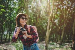 Portrait de sourire de mode de vie de femme asiatique de beauté de la jolie jeune femme ayant l'amusement en été d'extérieur avec photos stock