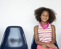 Portrait de sourire de studio de bonheur de petite fille image stock