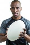 Portrait de sportif tenant le rugby Photo libre de droits