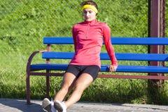 Portrait de sportive caucasienne concentrée dans l'équipement extérieur faisant des pousées photos stock