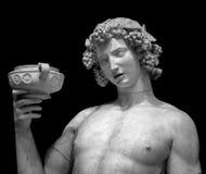 Portrait de statue de Dionysus Bacchus Wine sur le noir photographie stock
