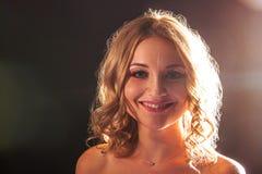 Portrait de studio Belle fille avec le maquillage de soirée sur un fond noir image stock