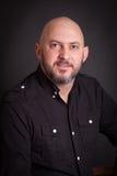 Portrait de studio d'homme audacieux de sourire avec la barbe Image stock