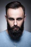 Portrait de studio d'homme barbu élégant ; Photographie stock libre de droits