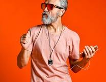 Portrait de studio d'homme supérieur bel avec la barbe et les écouteurs gris photos libres de droits