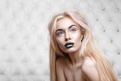 Portrait de studio d'un blond sexy images stock