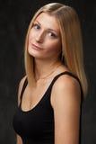 Portrait de studio d'un jeunes blond et sourire Photos libres de droits