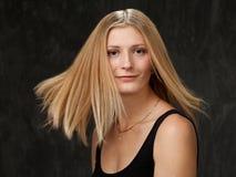 Portrait de studio d'un jeunes blond et sourire Photo libre de droits