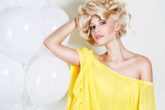 Portrait de studio d'une blonde renversante de beauté photographie stock libre de droits