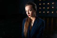 Portrait de studio d'une femme d'affaires dans le costume Image stock