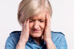 Portrait de studio d'une femme supérieure en douleur Photographie stock